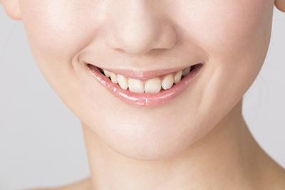 自然に見える歯の詰め物・被せ物